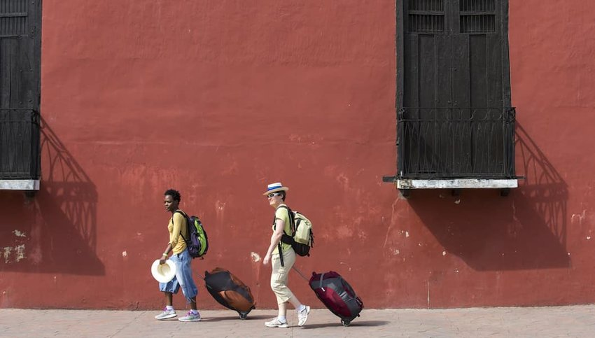 People-pulling-suitcases-in-Mexico