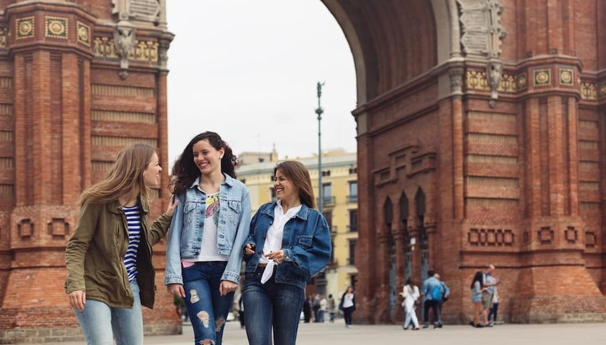 Young-tourists-in-Barcelona