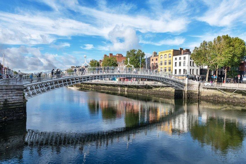 Ha'penny Bridge (also known as Liffey Bridge) across the River Liffey, Dublin, Ireland